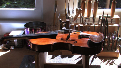 violin-on-rack